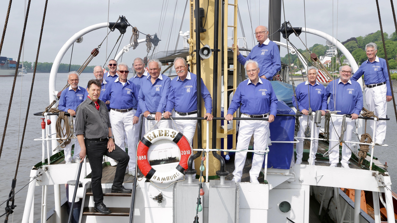 Gruppenfoto der Hamburger Klabautermänner an Bord des Feuerschiffs Elbe 3